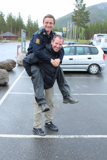 Tagesaufgabe: Einen Polizisten tragen.