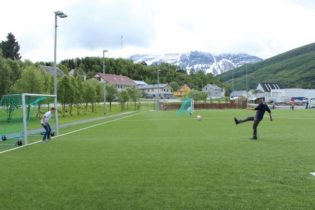 Tagesaufgabe: Elfmeterschießen gegen ein lokales Team.